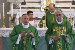 La cerimonia di ingresso di don Maurizio Marchini nella parrocchia di Soliera, qui con il vescovo diocesano Giovanni Santucci. (Foto Massimo Pasquali)