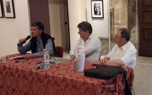 Un momento della presentazione a Fivizzano. Da sinistra: Luca Baiada, il sindaco Paolo Grassi e l'autore del libro, Lido Lazzerini