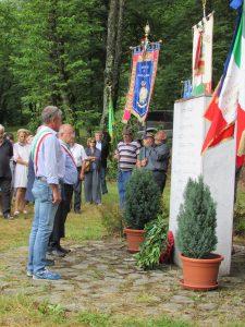 """I rappresentanti delle amministrazioni presenti, di fronte al monumento che ricorda Dante Castellucci """"Facio"""""""