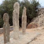 Le tre stele di fronte alla chiesa dell'abitato di Pieve, affacciato sul golfo di Saint Florent