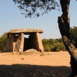 Il grande dolmen di Cauria Fontanaccia, a pochi passi dagli allineamenti di menhir