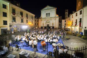 Nella foto di Walter Massari un'immagine panoramica di piazza del Duomo durante l'esibizione della Musica Cittadina