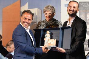 I due vincitori del Premio Bancarella Sport e al centro il sindaco Lucia Baracchini (foto Massimo Pasquali)