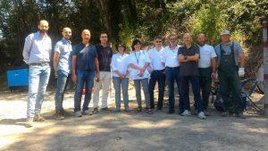 Foto di gruppo tra i vari componenti del campo prova a Giucano, tra questi il sindaco di Fosdinovo, Camilla Bianchi e l'assessore provinciale e sindaco di Bagnone, Carletto Marconi