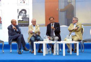 Un momento dell'incontro in cui Massimo De Luca (con il microfono) si è raccontato al pubblico presente. Con lui sul palco, da sinistra, Giuseppe Benelli, Paolo Francia e Paolo Liguori