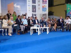Il palco del Bancarella Sport con i finalisti, il presentatore Liguori e gli ospiti della serata