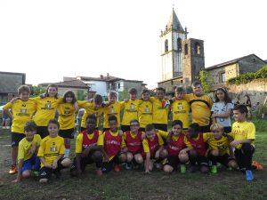 """Alcuni giovani """"utilizzatori"""" del nuovo parco giochi a Filetto (foto Massimo Pasquali)"""