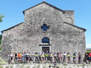 """Alcuni ciclisti davanti alla Pieve di Sorano pronti a """"testare"""" i nuovi sentieri"""