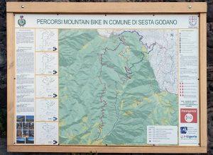 Il cartellone che illustra i cinque percorsi del Monte Gottero
