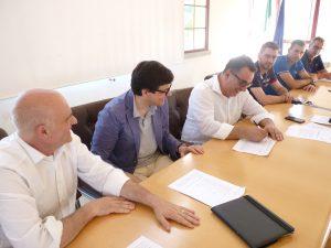 Il sindaco Novoa firma la petizione. Accanto a lui il sindaco di Rocchetta di Vara, Riccardo Barotti e quello di Calice al Cornoviglio, Mario Scampelli.