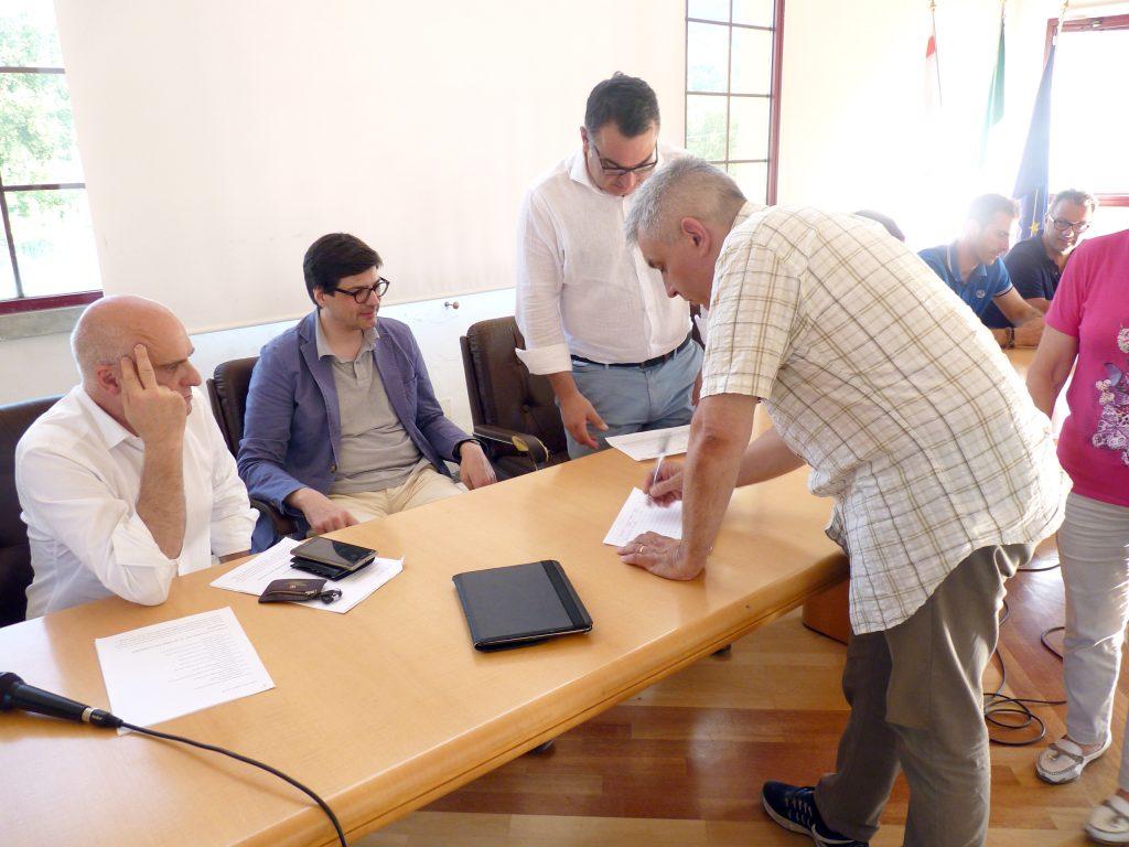 Maurizio Maucci, residente ad Asti ma originario di Mulazzo, precisamente della frazione del Cerro, località isolata dalla frana della strada dei Casoni, è il primo firmatario della petizione dopo i tre sindaci coinvolti nell'iniziativa.