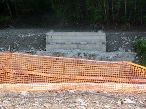 """Il """"salto"""" tra le due sponde divise dopo che il ponte di Cadugo è crollato durante l'alluvio del 2011"""