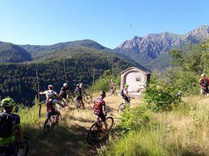 """Due suggestive immagini in cui si testimoniano due momenti della """"inaugurazione"""" dei sentieri con i ciclisti che hanno provato i percorsi a cavallo delle loro Mtb."""
