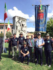 Parte della rappresentanza del Gruppo degli Alpini di Pontremoli, guidata dal consigliere Patrizio Bertolini e dal gonfalone della città.
