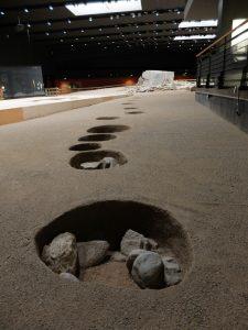 Le buche dove erano stati infissi pali di legno: sono state scelte quale logo del museo