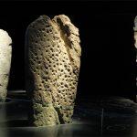 Alcuni menhir dell'Età del Rame che erano stati riutilizzati quali coperture di fosse e tombe
