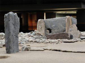 Il dolmen al centro dell'area con, in primo piano, un menhir.