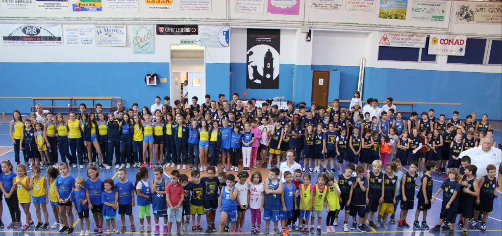 Foto di gruppo con tutti i partecipanti alla presentazione delle squadre giovanili di pallacanestro e atletica leggera della Polisportiva Pontremolese
