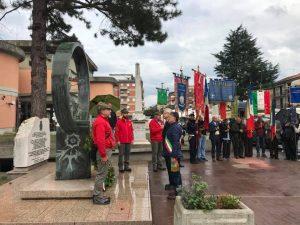 Un momento dell'omaggio reso al monumento dedicato ai caduti in guerra davanti al palazzo comunale di Aulla.