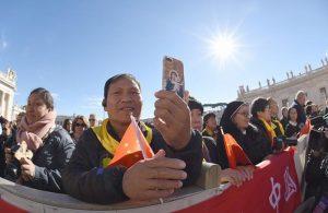 Un gruppo di cattolici cinesi in Piazza San Pietro