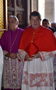 L'ingresso del card. Betori in cattedrale a Massa accompagnato dal vescovo Giovanni