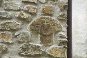 Immagine della stele murata in una casa di Caprio