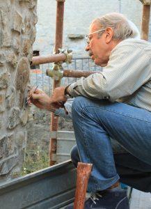 Il dott. Franco Cecchi, già capo-restauratore della Soprintendenza Archeologica della Toscana, qui impegnato in un consolidamento della testa prima dell'asportazione
