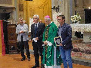 Il donatore dei Fratres Pontremoli, Domenico Bertoli, alla destra del vescovo di Fiesole Mons. Mario Meini