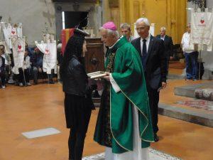 Gabriela Grossi, del gruppo donatori Fratres di Filattiera, riceva dal Vescovo di Fiesole Mons. Mario Meini la targa celebrativa per il raggiungimento delle 150 donazioni