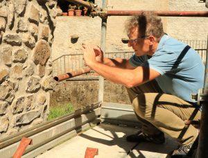 Il prof. Sergio Cervietti dell'Accademia di Belle Arti di Carrara, qui intento a fotografare, è uno degli esecutori del calco che sostituirà l'originale