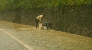 Lunedì 29 ottobre SS. Annunziata, si cerca di stasare i tombini per permettere di accogliere il grande afflusso di acqua (foto Massimo Pasquali)