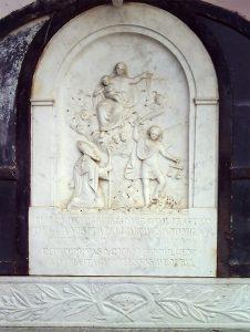Il bassorilievo del XIX secolo che ricorda la visita del vescovo Milani al frantoio