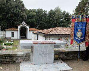 L'altare dedicato a don Florindo Bonomi nel cimitero di Fosdinovo