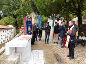 Il parroco di Fosdinovo, don Giovanni Perini, benedice l'altare