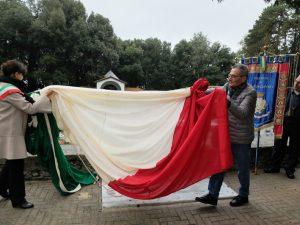 La sindaca di Fosdinovo, Camilla Bianchi, e il nipote di don Florindo Bonomi scoprono l'altare