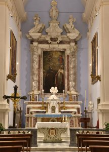 L'altare maggiore con le bellissime quanto rare colonne tortili monolitiche in marmo Arabescato