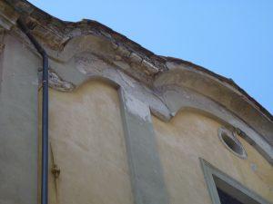 Particolare della parte alta della facciata prima del restauro