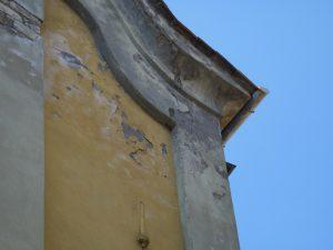 Particolare della facciata prima del restauro con le evidenti infiltrazioni d'acqua