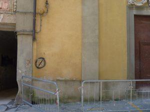 Le transenne che delimitavano l'area della facciata per il pericolo di crollo prima dei restauri