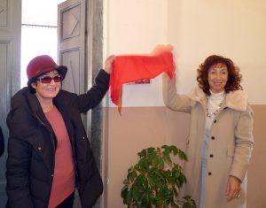 La scopertura della targa intitolata a Claudio Giumelli da parte della moglie Serena Pruno e della sorella di lei Chiara