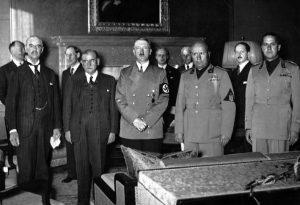 Monaco, 29 settembre 1938: foto ricordo della firma degli Accordi che assegnarono i Sudeti alla Germania. Da sinistra: Chamberlain, Daladier, Hitler, Mussolini e Ciano.