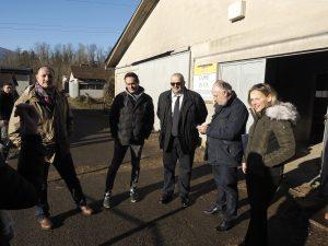 Di fronte alla stalla alla presenza del Dott. Gianfranchi, L'imprenditore Montani, il sindaco Bellesi, Il pres. Provincia Lorenzetti, e l'avv. Massa. (Foto Massimo Pasquali)