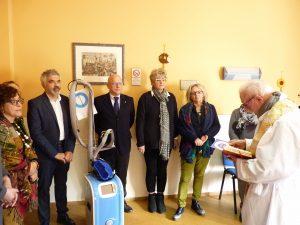 La benedizione al nuovo strumento da parte del parroco don Sergio Simoncelli