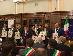 """Un momento della consegna ad alcuni sindaci del premio """"Cento mete d'Italia"""". Presente il sindaco di Fivizzano, Paolo Grassi (il secondo da destra)"""