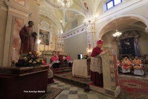 Mons. Alberto Silvani, vescovo di Volterra, presiede la celebrazione nella chiesa parrocchiale di Santa Maria a Filatteri (foto Amerigo Martelli)