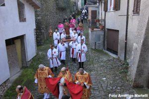 La processione nel borgo di Filattiera