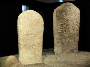 Le statue stele Arco I (a destra) e Arco II: la prima, sulla quale è scolpito un ricco corredo di armi, è alta 215 cm