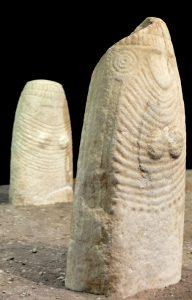 Due statue stele femminili: di piccole dimensioni sono scolpite nel marmo