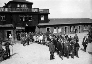 Aprile 1945: un gruppo di bambini viene fatto uscire dal lager di Buchenwald dai militari americani. (US National Archives)