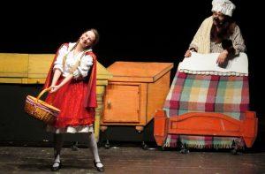 Una scena del Cappuccetto Rosso a teatro